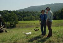 Le cinéaste Marc Séguin en discussion avec l'influent agriculteur américain Joel Salatin, qui promeut notamment le poulet et le bœuf élevés en pâturage. Crédit photo : Atelier Brooklyn