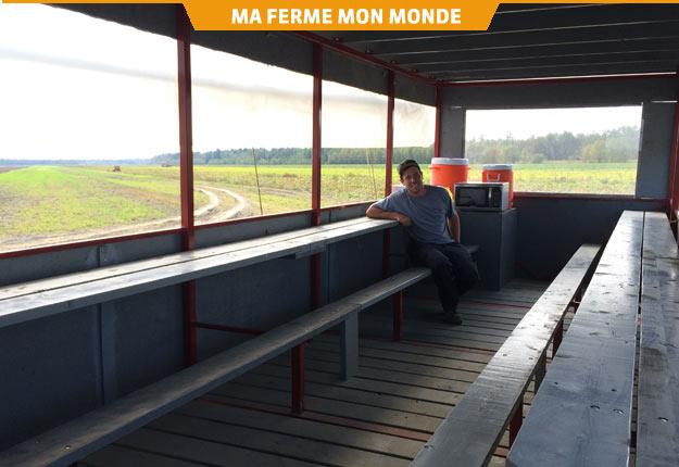 Maxime Hallé peut désormais offrir un abri à ses travailleurs, beau temps mauvais temps, grâce à sa cafeteria mobile. Crédit photo : Geneviève Quessy