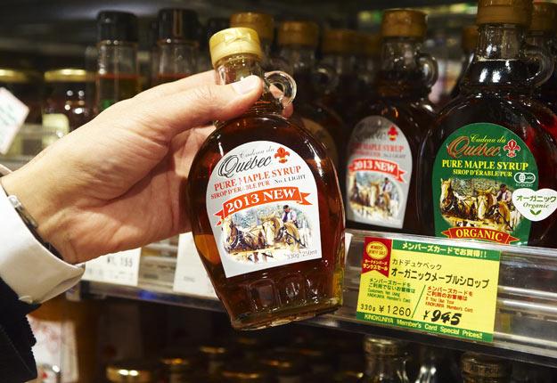Les consommateurs européens préfèrent le sirop d'érable dans un contenant en verre muni d'une anse. Crédit photo: Martin Ménard / Archives TCN
