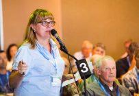 Plusieurs agriculteurs ont manifesté leur exaspération face au financement de l'UPA, qu'ils jugent inéquitable. « Est-ce normal qu'une ferme qui fait 1 M$ de chiffre d'affaires paye la même cotisation qu'une petite ferme qui fait seulement 30 000 $? » a dénoncé Ange-Marie Delforge, de Coteau-du-Lac. Crédit photo : Martin Ménard/TCN