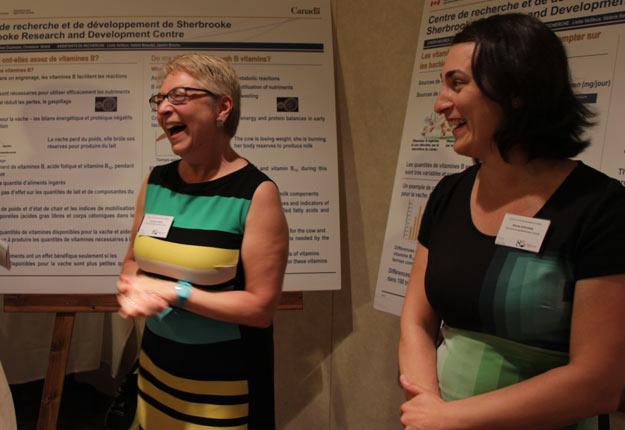 Christine Girard et Mélissa Duplessis, du Centre de recherche d'Agriculture et Agroalimentaire Canada à Sherbrooke, étudient le rôle de la vitamine B dans l'alimentation des vaches. Crédit Photo : Pierre-Yvon Bégin/TCN
