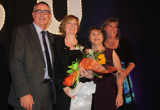 Martine Bourgeois a remporté le titre d'Agricultrice de l'année 2017 lors du Gala Saturne, le 21 octobre dernier. Dans l'ordre habituel, Marcel Groleau, président de l'Union des producteurs agricoles, Martine Bourgeois, Raymonde Plamondon, présidente sortante des Agricultrices du Québec, et Nathalie Kerbat, Agricultrice de l'année 2016. Crédit Photo : Pierre-Yvon Bégin