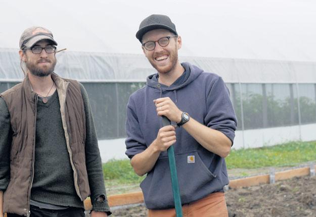 Vincent Marcoux et Vincent Lafleur ont construit une serre à leur première année d'exploitation. Une deuxième est en route pour soutenir la croissance de leur ferme maraîchère. Crédit photo : Jardin des Funambules