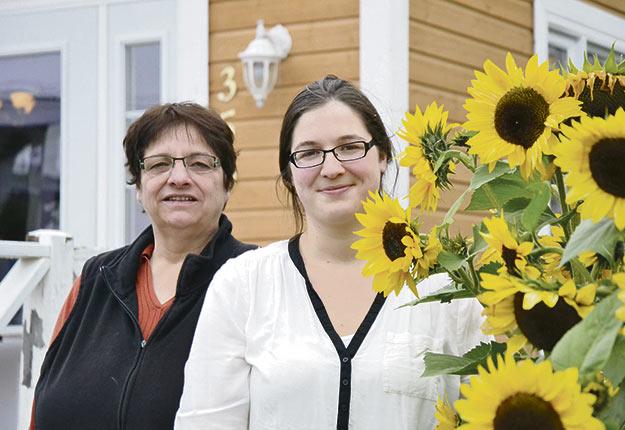 Lucie Cadieux et sa fille Gabrielle photographiées lorsque la jeune femme a ouvert son entreprise à la ferme, le Resto-Boutique La Table. Crédit photo: Émélie Bernier