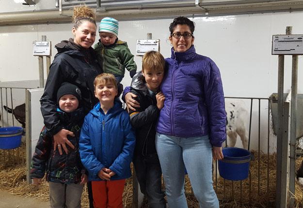 Les belles-sœurs Catherine Mailhot (à gauche) et Julie Bénard doivent adapter leur horaire de travail à l'extérieur de la ferme pour éviter que Jérémie, cinq ans, Frédéric, un an, Julien, six ans, et Éliot, huit ans, restent seuls quand leur mari est à l'étable.