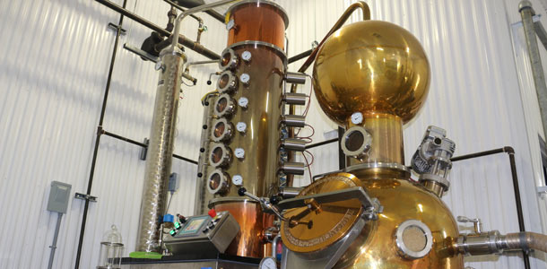 Chaque jour, la Maison Sivo distille environ 2 000 litres de spiritueux dans cet alambic importé d'Allemagne. Crédit photo : Josianne Desjardins/TCN