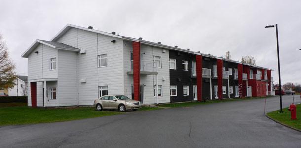 Ce logement pour personnes âgées à Saint-Jean-de-Dieu, au Bas-Saint-Laurent, est chauffé par un réseau de chaleur misant sur la combustion de biomasse provenant de la forêt privée. Crédit photo : Simon Claveau