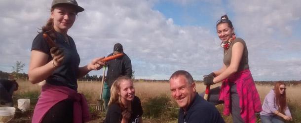 Les élèves en horticulture du centre Fierbourg ont récolté les carottes dans la bonne humeur. Crédit photo : Fierbourg
