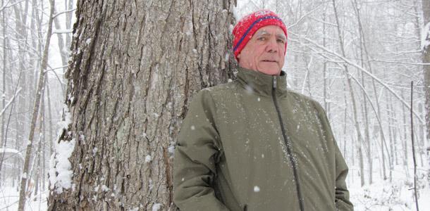 En forêt et bien adossé sur l'un des érables qu'il appelle « ses piliers », Léon Courville trouve le ressourcement. Crédit photos : Pierre-Yvon Bégin/TCN