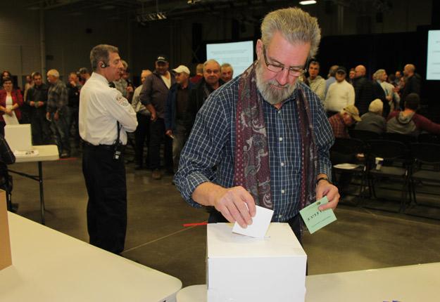 Les délégués ont voté majoritairement en faveur de la négociation collective des conditions de vente du bois de sciage de sapin et d'épinette. Crédit photo : Pierre-Yvon Bégin/TCN