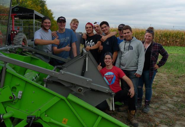Les étudiants du programme de Gestion et technologies d'entreprise agricole de l'ITA sont bien fiers d'avoir réussi à cultiver du quinoa dans les conditions québécoises. Crédit photo : ITA