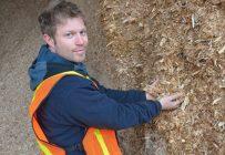 Simon Roy affirme que la filière du chauffage à la biomasse forestière a progressé énormément. La coopérative pour laquelle il travaille fournit la biomasse servant à chauffer des bâtiments d'importance, dont l'hôpital d'Amqui. Crédit photo : Coopérative forestière de La Matapédia