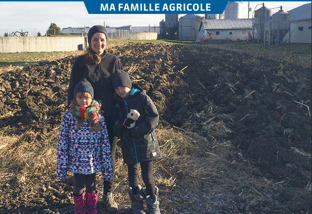 Suzanne Duquette et ses deux filles devant la porcherie de la Ferme Duquette. Crédit photo: Geneviève Quessy