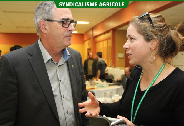 Le président de l'UPA, Marcel Groleau, s'entretient ici avec Marie-Chantale Houde, de la Fromagerie Nouvelle-France, qui a lancé une pétition afin de rendre le Programme d'investissement pour fermes laitières disponible aux secteurs ovins et caprins. Crédit photo : Pierre-Yvon Bégin/TCN