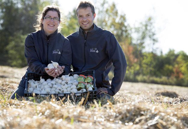 Marie-Pierre Dubeau et Sébastien Grandmont, producteurs d'ail en Estrie.Crédit photo: ONMA