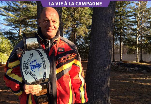 Jacques Rougeau montre fièrement la ceinture qu'il a remportée à la World Wrestling Federation (WWF). Crédit photos : Geneviève Quessy/TCN
