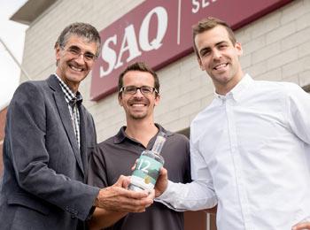 Jean-Philippe Bouchard (à droite), son frère et son père produisent au pied des monts Valin un gin qui a remporté un succès inespéré dès sa première année de commercialisation à la SAQ. Crédit photo : Distillerie du Fjord
