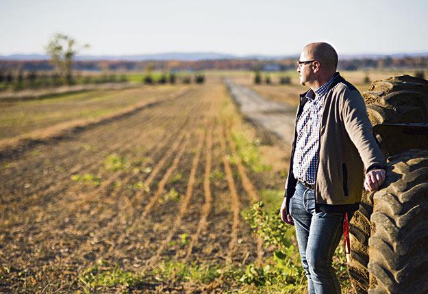 Le dernier rôle triennal a fait sursauter Yvan Bastien, de Sainte-Anne-des-Plaines. Un simple champ d'une trentaine d'hectares est maintenant évalué à plus de 1 M$! Son compte de taxes a augmenté de 70 % en neuf ans, principalement à cause des achats de terres à gros prix par des entreprises non agricoles et des investisseurs, dénonce-t-il. Crédit photo: Martin Ménard/TCN
