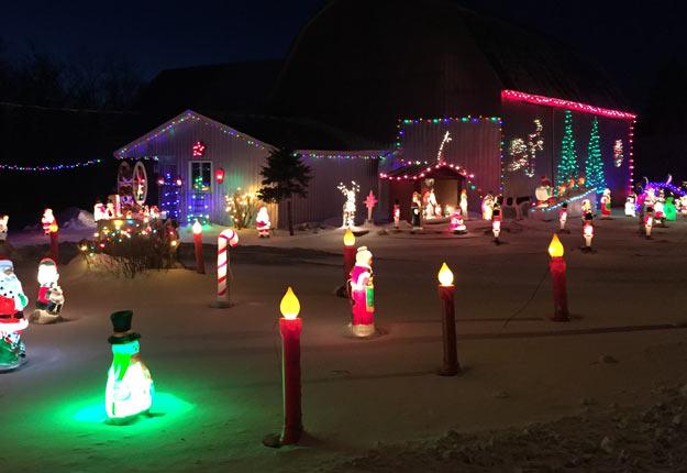 La ferme des Lalonde, sur la rue principale du village de Rivière-Beaudette, présente trois sections de décorations de Noël comme celles-ci. Crédit photo : Martin Ménard/TCN