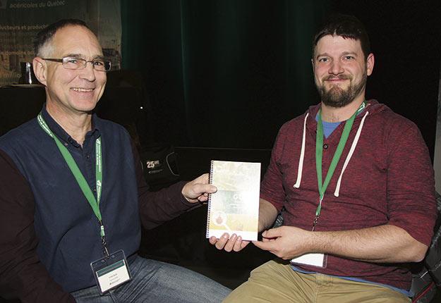 Yves Bois et Martin Pelletier, du Centre ACER, ont dévoilé le guide produit afin d'aider les acériculteurs à respecter la norme californienne. Crédit photo : Pierre-Yvon Bégin / TCN