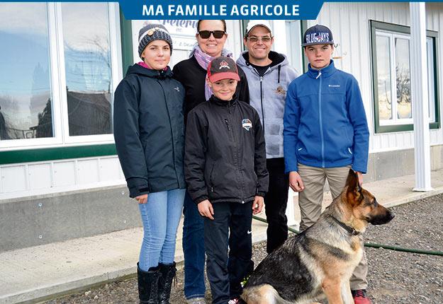 Frédéric et Valérie entourés de leurs enfants, Rebecca, Anthony et Thomas. Crédit photo : Marie-Pascale Fortier