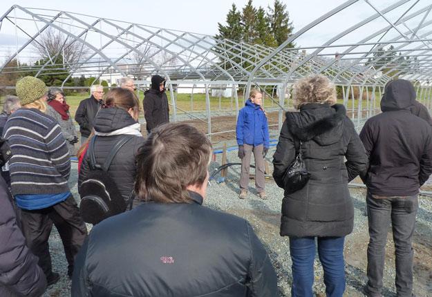 Meggie Canuel Caron fait visiter le chantier de construction de l'Incubateur agroalimentaire des Appalaches. Crédit photo : Gracieuseté