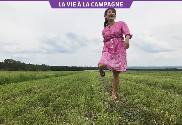 L'auteure Kim Thúy a souvent l'occasion de visiter la campagne, comme ici en Beauce lors du tournage d'un épisode de La petite séduction. Crédit photo: Alain Labonté