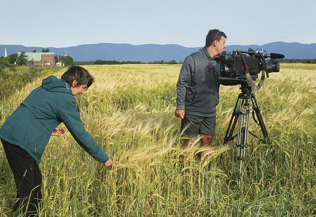 La journaliste Rachel Brillant avec le caméraman Jean-François Brassard, de La semaine verte. Crédit photo: Gracieuseté de La Semaine verte