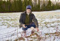 René Matter doit occasionnellement réparer ses clôtures endommagées par les orignaux. Crédit photo: Johanne Fournier