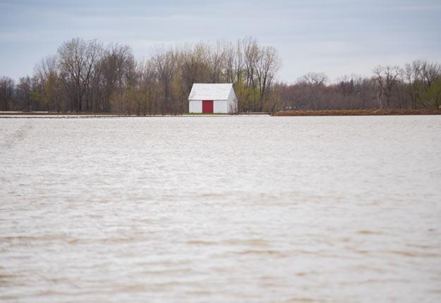 Jusqu'au 31 janvier, un sondage en ligne invite les riverains du fleuve Saint-Laurent qui ont été inondés au printemps à raconter leur histoire. Crédit photo : Martin Ménard/Archives TCN