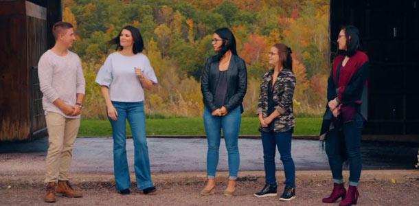 Je crois que Simon choisira Roxanne (au milieu), mais c'est un coup de dés.