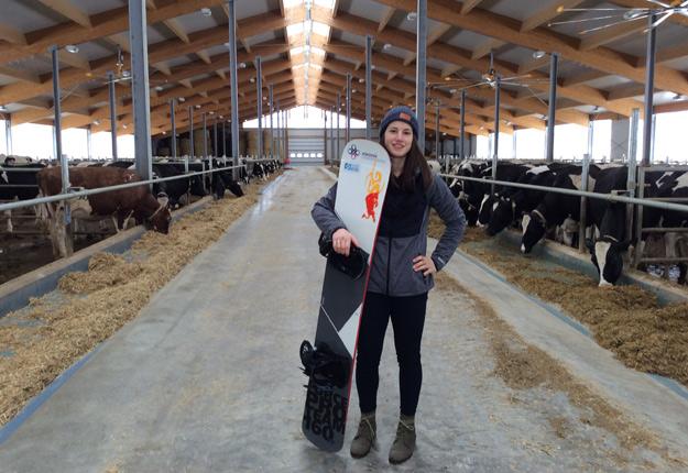 Audrey McManiman pose dans un bâtiment de l'entreprise familiale, Ferme Élijean, qui possède 180 vaches en lactation. Crédit photo : Gracieuseté d'Élise Allary