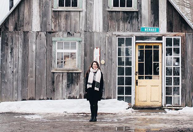 Claudie Brassard, de l'entreprise Nos Cabanes, embouteille et commercialise le sirop de petits producteurs. Crédit photo : Gracieuseté de Nos Cabanes