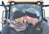 Deux jeunes de la relève agricole, Judith Bossé et Jean-François Dujardin, vont se marier cet été. La Terre de chez nous les a rencontrés à la Ferme Jacques Dujardin, de Saint-Zéphirin-de-Courval. Crédit photo : David Riendeau
