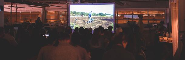 La projection du film La ferme et son État près de la Petite-Italie à Montréal devant plusieurs dizaines de citoyens engagés.  Crédit photo : Rachel Cheng