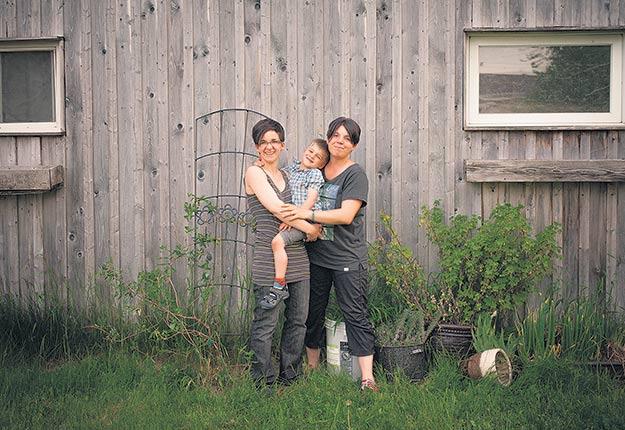 Isabelle et Audrey élèvent leur garçon Elliot en Montérégie. Leur famille atypique ne suscite pas de regards déplacés. Crédit photo : Gracieuseté de la Récolte des Dames.