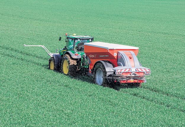 Les distributeurs d'engrais granulaire, guidés par le GPS, épandent sans déborder de la forme exacte du champ et, au besoin, à taux variable. Crédit photo: Gracieuseté du Groupe Kuhn