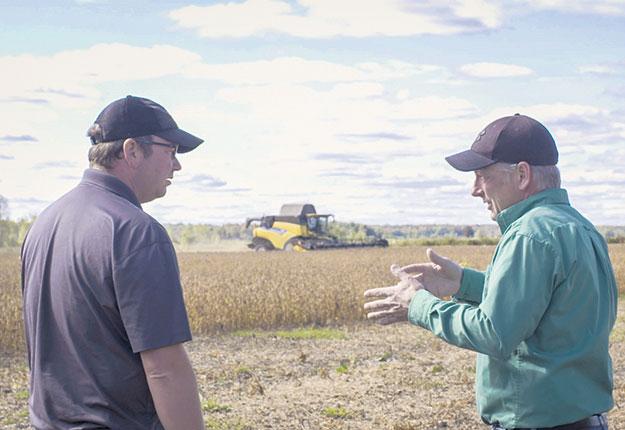 Christopher Liebrecht, ingénieur et agronome conseiller chez Vivaco (à droite sur la photo), donne de précieux conseils sur la fertilisation. Crédit photo: Gracieuseté de Vivaco Groupe Coopératif