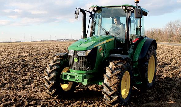 John Deere5125R C'est la facilité d'utilisation de ce tracteur qui est son principal point fort, selon Alix et Émile. Le petit volant est efficace et la console électronique a été pensée pour simplifier la vie du chauffeur. Avec sa vaste gamme de rapports, la transmission offre de belles options de conduite et le mode automatique permet d'optimiser la consommation de carburant.