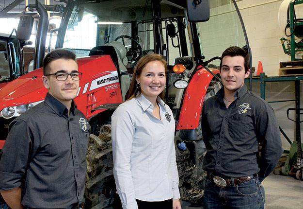 Alix Desjardins, Claudia Beaudry et Émile Marcil devant le Massey Ferguson5712 SL. Crédit photo : Charles Prémont