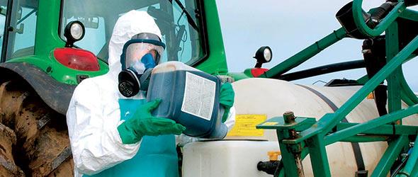 Pour employer les pesticides de façon sécuritaire, on doit porter des gants et un masque, et utiliser un tracteur muni d'une cabine et de filtreurs au charbon. Crédit photo: CASA