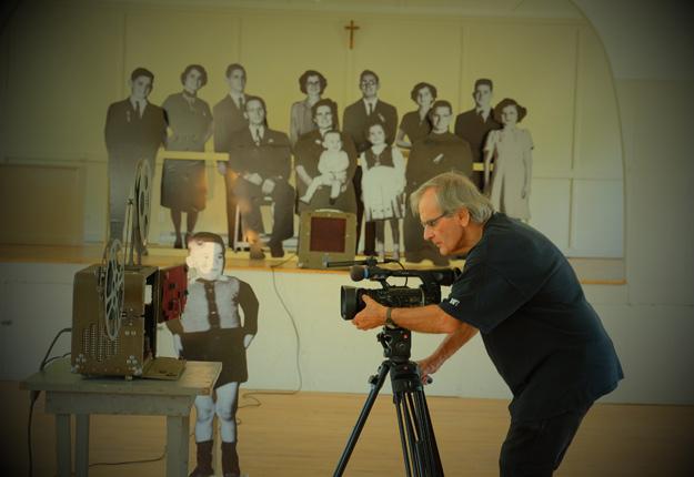 Le réalisateur Serge Giguère se sert des agrandissements d'une photo de famille datant de 1950 pour donner vie aux lettres de sa mère. Crédit photo : Alain Giguère