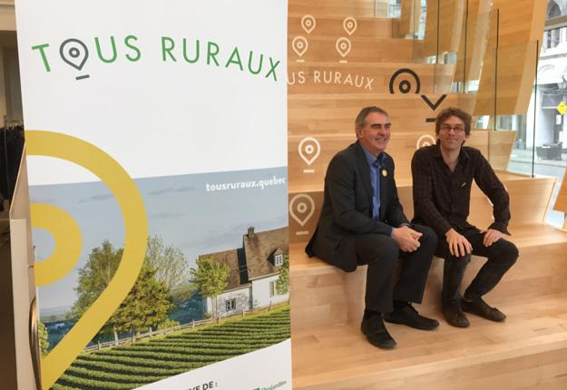 Le président de Solidarité rurale du Québec et de l'Union des producteurs agricoles, Marcel Groleau, et le conteur Fred Pellerin, ambassadeur de la mobilisation Tous ruraux. Crédit : Martin Ménard/TCN