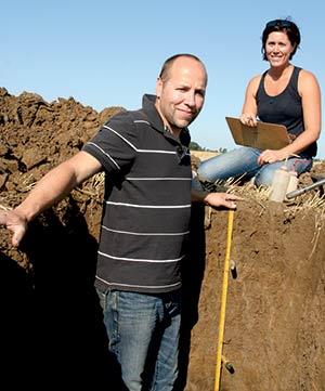 Éric Thibault et Julie Couture examinent un premier profil de sol  à Napierville, au sud de Montréal.