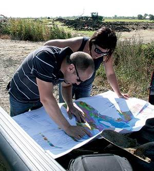 On examine la carte du sol de la région,  qui indique entre autres un mélange d'argiles Sainte-Rosalie et Providence.