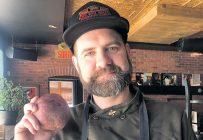 Pour les frites de son restaurant La Confrérie, le chef Dominic Gagnon préfère employer des pommes de terre à pelure rouge. Crédit photo: Gracieuseté de Dominic Gagnon
