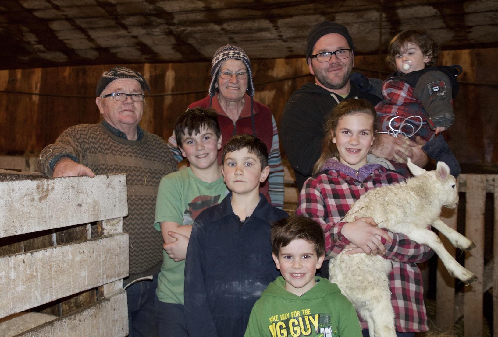 Rolland Gélinas, Micheline Paquin, leur fils Simon et cinq de ses six enfants.