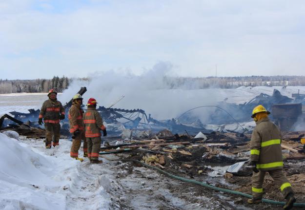 En l'espace de 10 minutes, les flammes se sont propagées de la génératrice à l'étable. Crédit photo: Frédéric Marcoux