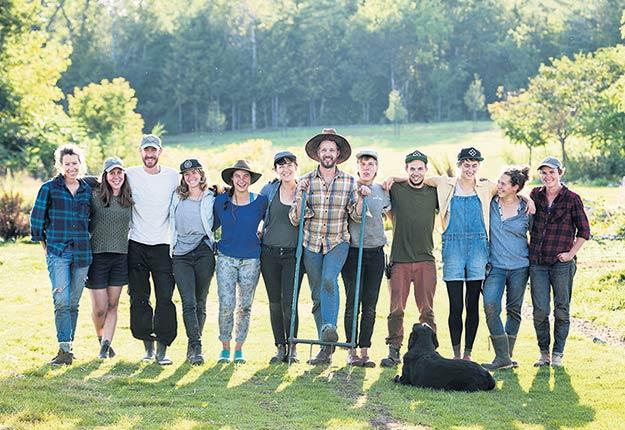La nouvelle série Les fermiers présente une cohorte d'agriculteurs venus du monde entier pour apprendre aux côtés de Jean-Martin Fortier à la Ferme des Quatre-Temps. Crédit photo: Unis TV
