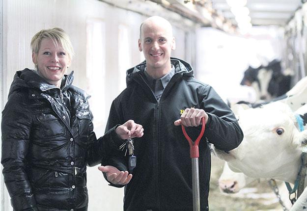 Isabelle Gaillard confie régulièrement les clés de son étable à Guillaume Spénard, de la coopérative de remplacement agricole. Crédit photo : Thierry Larivière/TCN